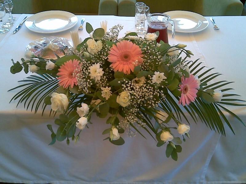 Композиция из цветов на стол молодых